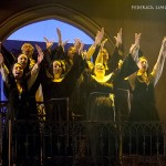 Foto tratta dallo spettacolo I Will Follow Him che mostra suore che cantano con le braccia rivolte verso l'alto